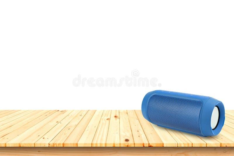 Tragbarer Sprecher Bluetooths auf Holztisch auf weißem Hintergrund, I lizenzfreie stockbilder