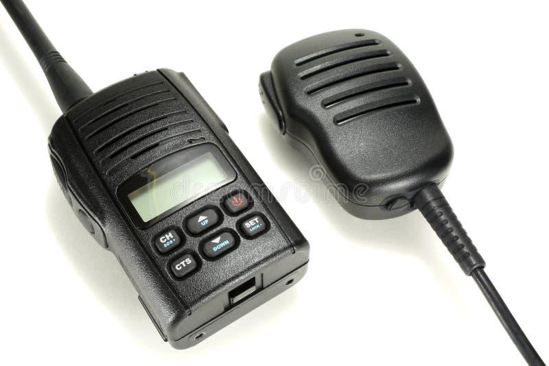 Tragbares Funksprechgerät mit dem Handmikrofon lokalisiert auf einem weißen Hintergrund stockfoto