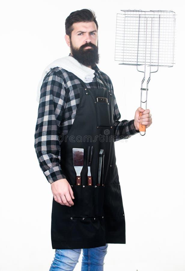 Tragbares Werkzeug für das Kochen des besten bbq Hippie, der Edelstahlkorbwerkzeug hält Bärtiger Mann mit Metallgitter stockbilder