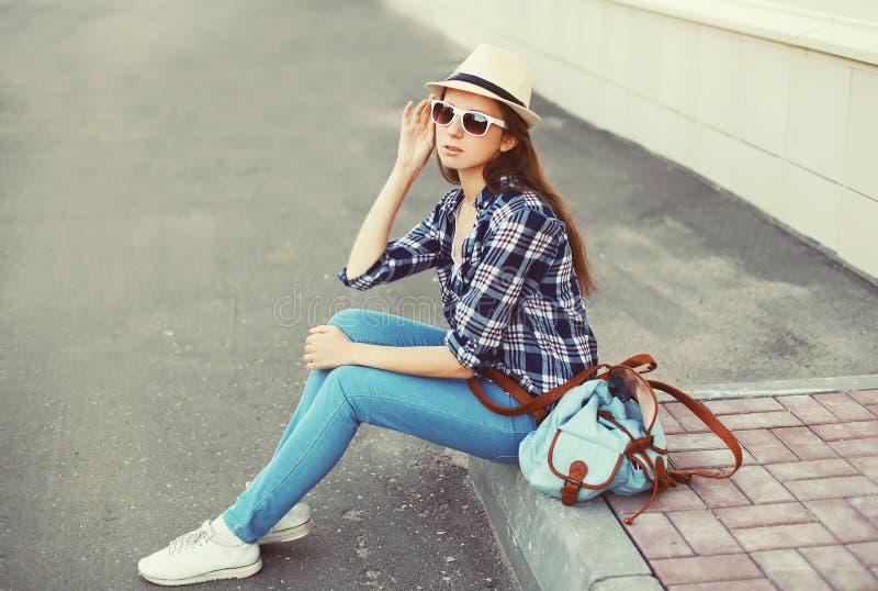 Tragen der recht jungen Frau Sonnenbrille, Sommerstrohhut stockbild