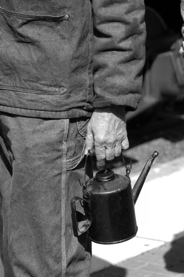 Tragen der Schmieröl-Dose stockfotos