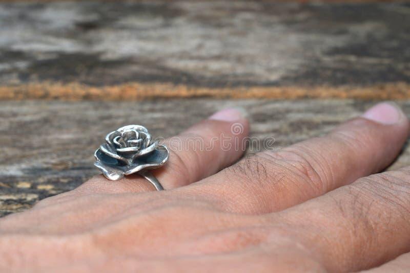 Tragen eines rosafarbenen Ringes des Silbers Getrennt stockbild