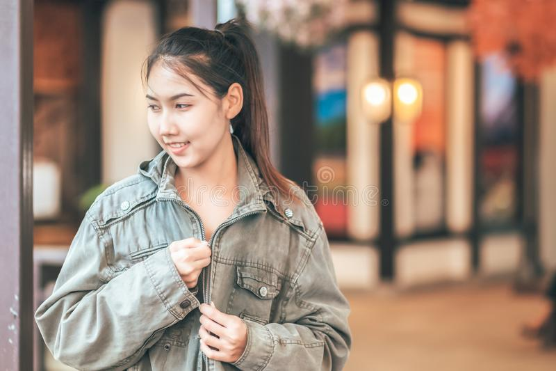 Tragen Frauen Jacke und Lächeln und sie sind Reise lizenzfreie stockbilder