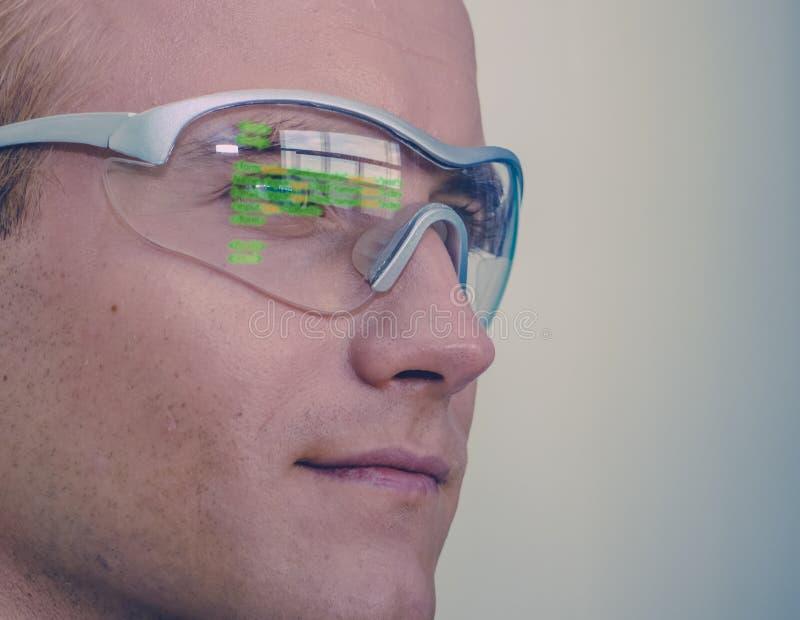 Tragen futuristisches Technologiekonzept Smart-Gläser, Mann intelligente Gläser mit vergrößerter Wirklichkeit zu Leitungsaußendie stockfoto