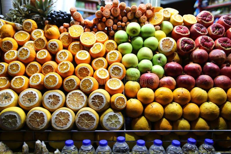 Tragen Juice Shop in Beyoglu Ä°stanbul Früchte stockbild