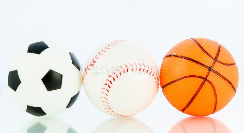 Tragen Sie Bälle, Baseball, Fußball, Basketball zur Schau stockbild
