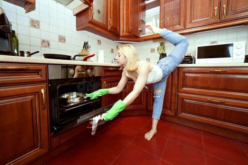 Tragen Sie beim Kochen zur Schau stockfotografie