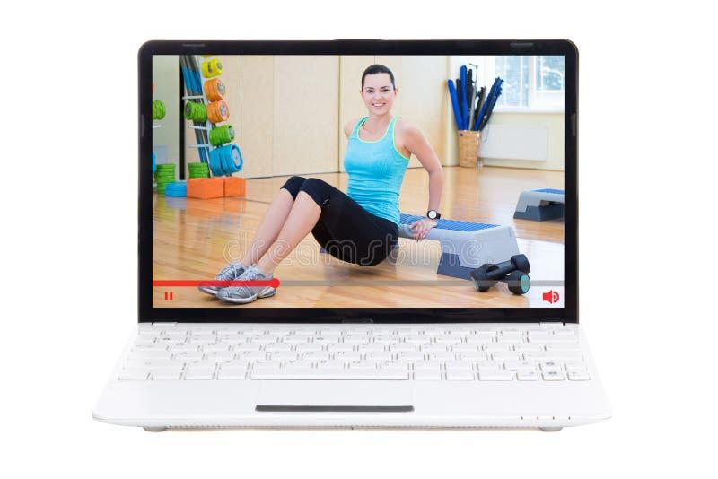 Tragen Sie Blogkonzept - die sportliche Frau zur Schau, die sie online ausbildend zeigt lizenzfreies stockfoto