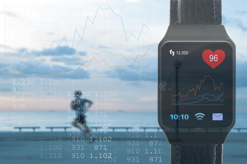 Tragen Sie die Tätigkeit zur Schau, die unter Verwendung einer Smartphone-APP aufspürt und überwacht Ein Personenbetrieb und ein  lizenzfreie stockfotos
