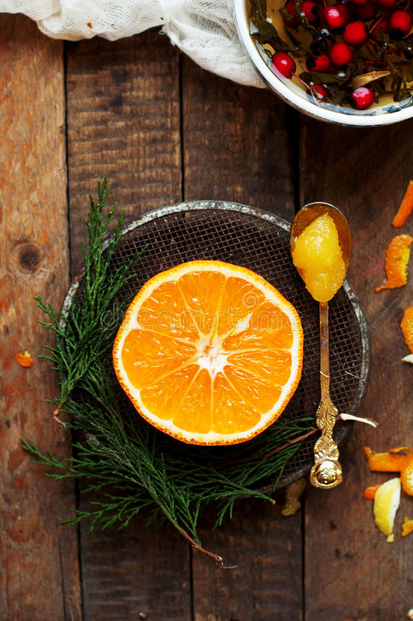 Tragen Sie in einer Schnittnahaufnahme, Pampelmuse, Orange, Zitrone, Tangerine, Fruchthintergrund Früchte Rustikale Nahrung fruch lizenzfreie stockbilder