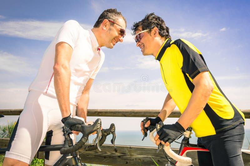 Tragen Sie Herausforderer-AR-Fahrradrennen - Fahrrad und Radfahrer zur Schau stockfoto