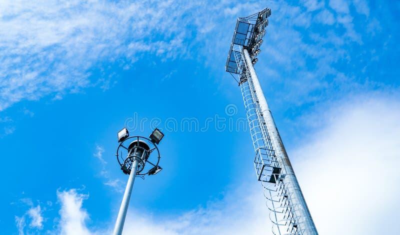 Tragen Sie Lichter des Stadions auf schönem blauem Himmel und weißen Wolken zur Schau lizenzfreie stockfotos