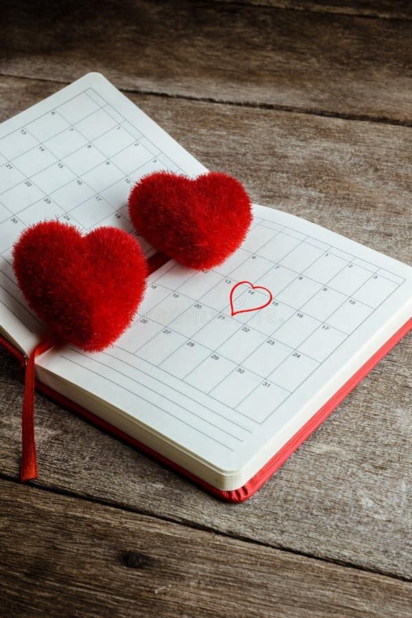 Tragen Sie Notiz, Notizbuch mit dem roten Herzkissen ein lizenzfreies stockfoto