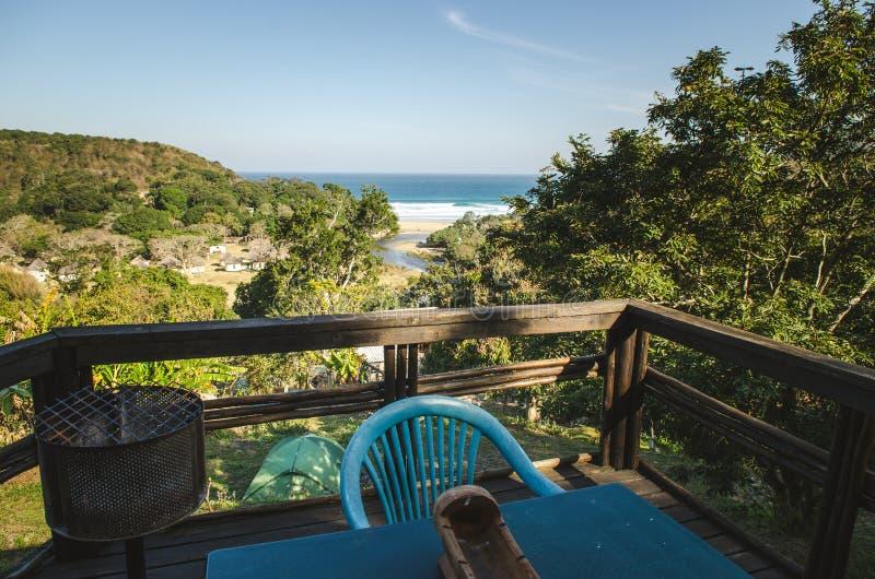 Tragen Sie St- Johnsansicht Schlechtes und breackfast vom Indischen Ozean, wilde Küste, Ostkap, Südafrika lizenzfreies stockfoto