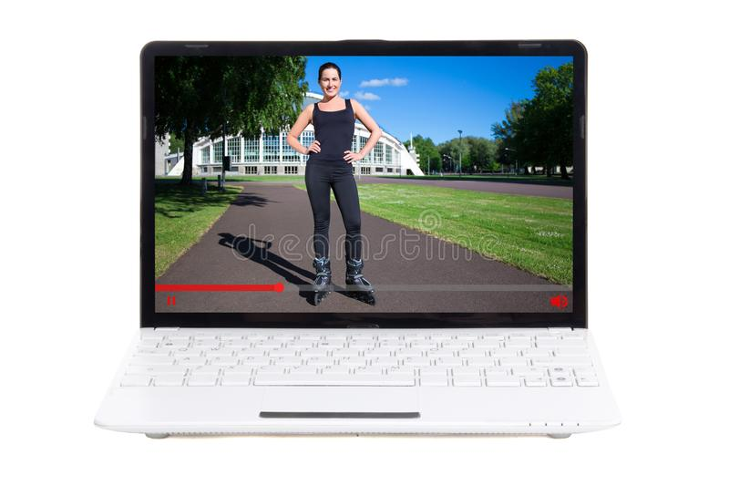 Tragen Sie Videoblogkonzept - das Mädchen zur Schau, das über Rollerskating in v spricht lizenzfreie stockfotos
