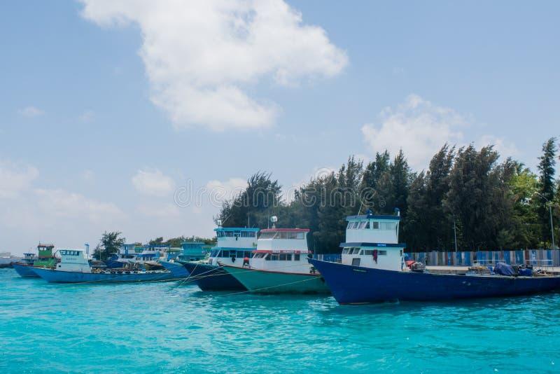Tragen Sie voll von kleinem Fischer ` s und von den Frachtbooten, die in Villingili-Insel gelegen sind stockfotos
