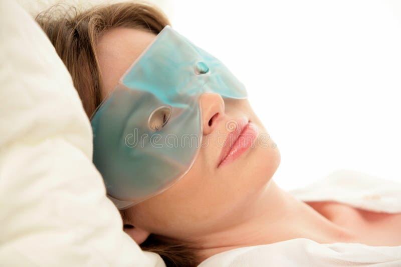 Tragende Augenschablone der Frau stockfotos