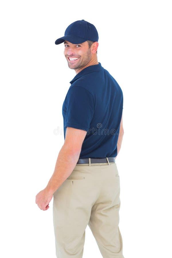 Tragende Baseballmütze des glücklichen Lieferers stockfotos