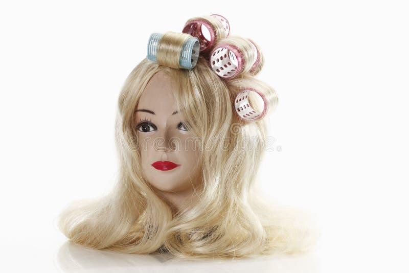 Tragende blonde Hauptperücke des weiblichen Mannequins mit Lockenwicklern lizenzfreies stockbild