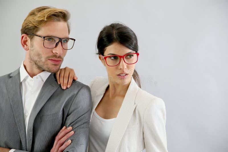 Tragende Brillen der hübschen Geschäftspaare lizenzfreies stockfoto