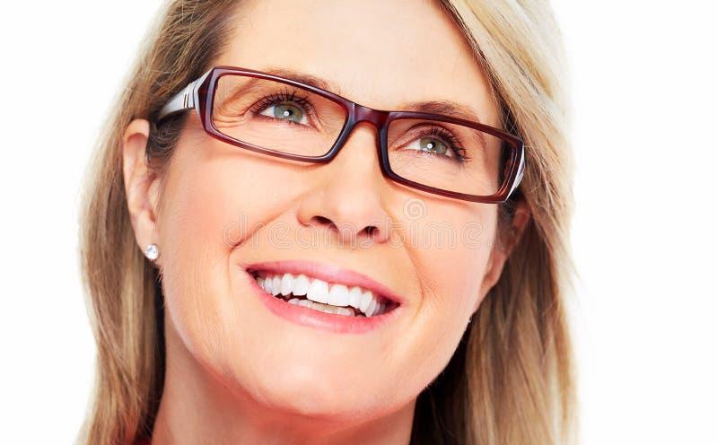 Tragende Brillen der schönen älteren Frau. stockbild