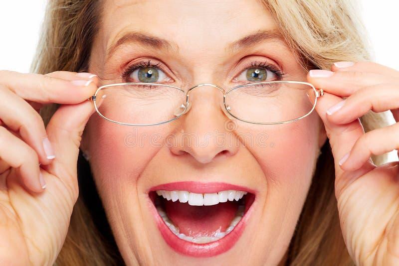 Tragende Brillen der schönen älteren Frau. stockfotos