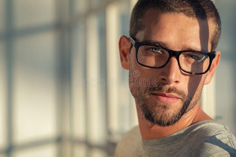 Tragende Brillen des kühlen Mannes stockbild