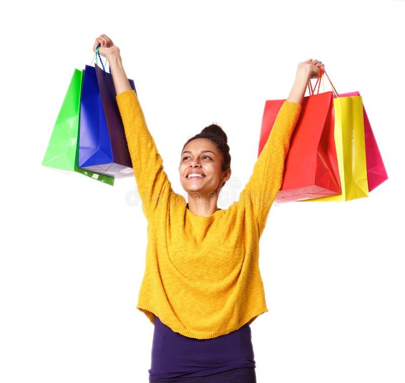 Tragende Einkaufstaschen der frohen jungen afrikanischen Frau stockfotos