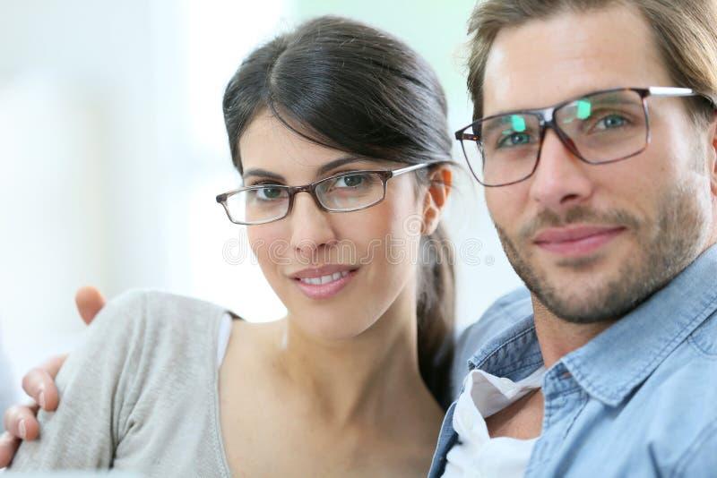 Tragende eyeglassses des glücklichen Paars stockbilder