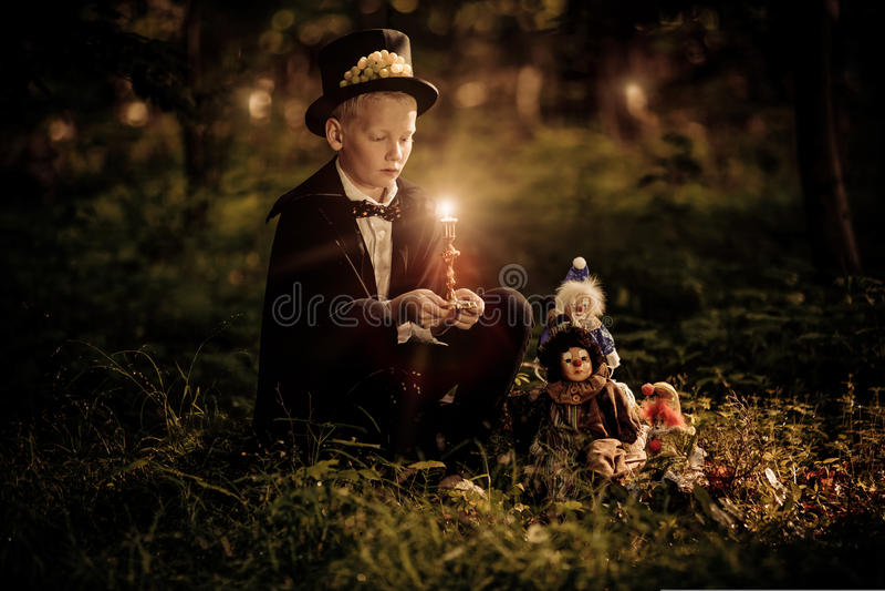 Tragende Fliege und Zylinder des Jungen hält Kerze lizenzfreie stockfotografie