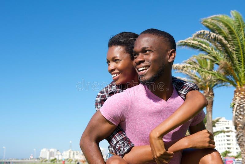 Tragende Freundin des glücklichen Mannes draußen stockbilder