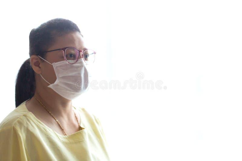 Tragende Gesichtsmaske der Frau mit weißem lokalisiert stockfotos