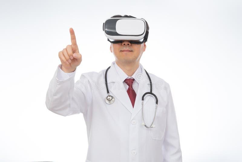 Tragende Gläser virtueller Realität männlichen Doktors lokalisiert auf weißem Hintergrund stockbilder
