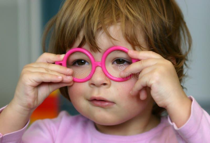 Tragende Gläser lizenzfreies stockfoto