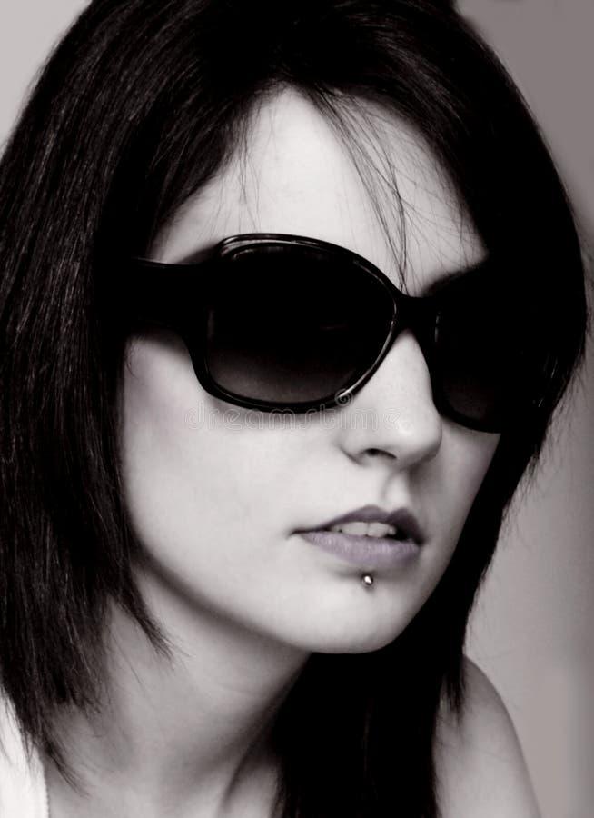Tragende Gläser der Frau stockfoto