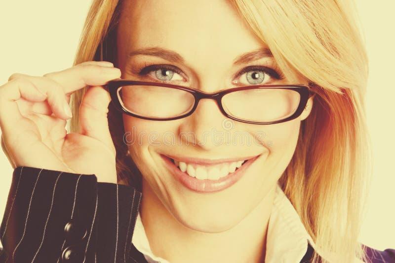 Tragende Gläser der Frau lizenzfreie stockfotos