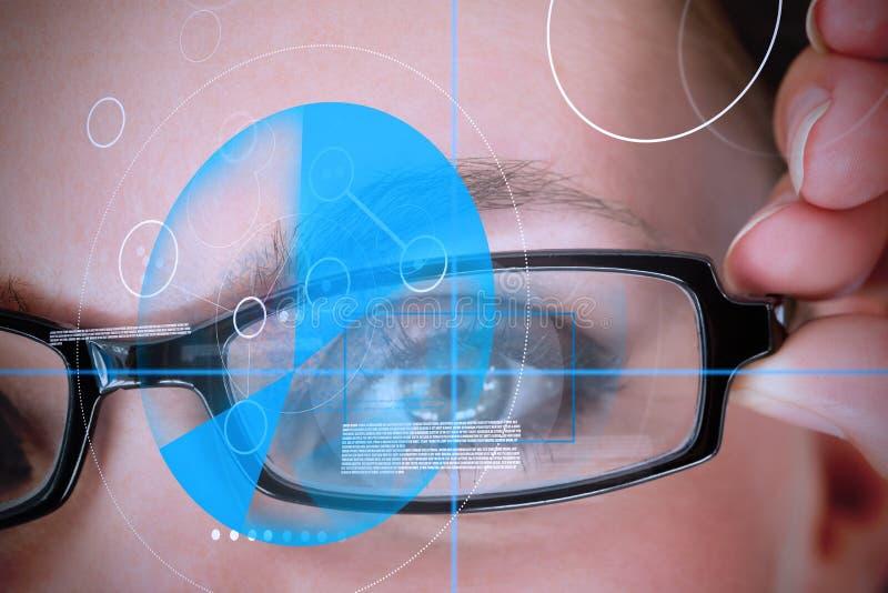 Tragende Gläser der Frau mit blauer Identifizierungstechnologie lizenzfreies stockfoto