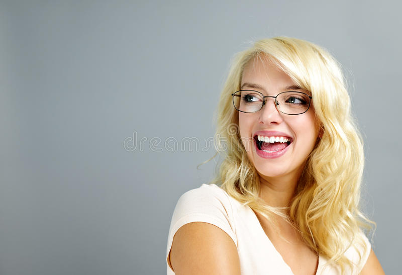 Tragende Gläser der glücklichen Frau lizenzfreie stockbilder