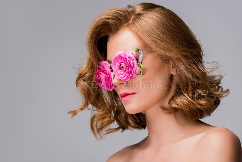 tragende Gläser der jungen Nackte mit Blumen lizenzfreie stockbilder