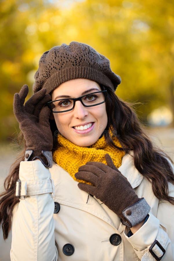 Tragende Gläser der Modefrau im Herbst stockfoto