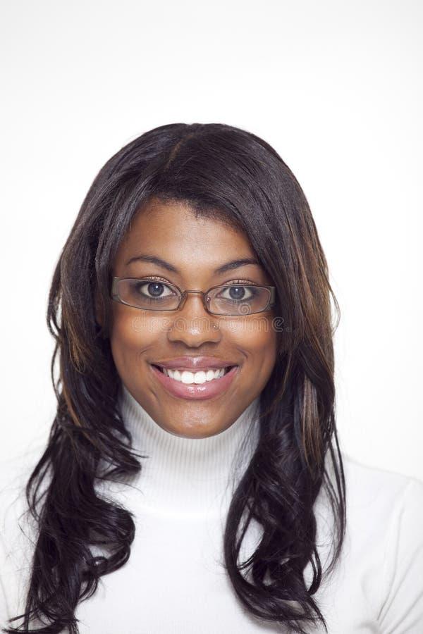 Tragende Gläser der schönen ethnischen Frau stockbild