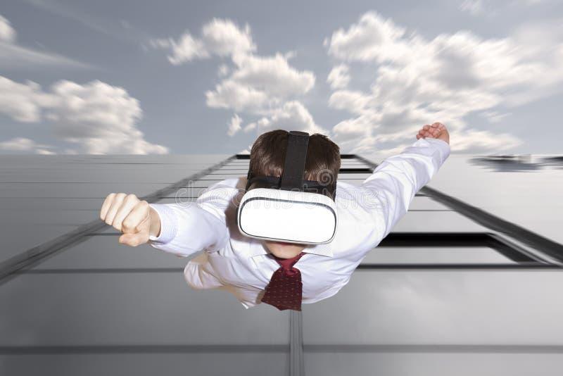 Tragende Gläser der virtuellen Realität des Geschäftsmannsuperhelden lizenzfreies stockfoto