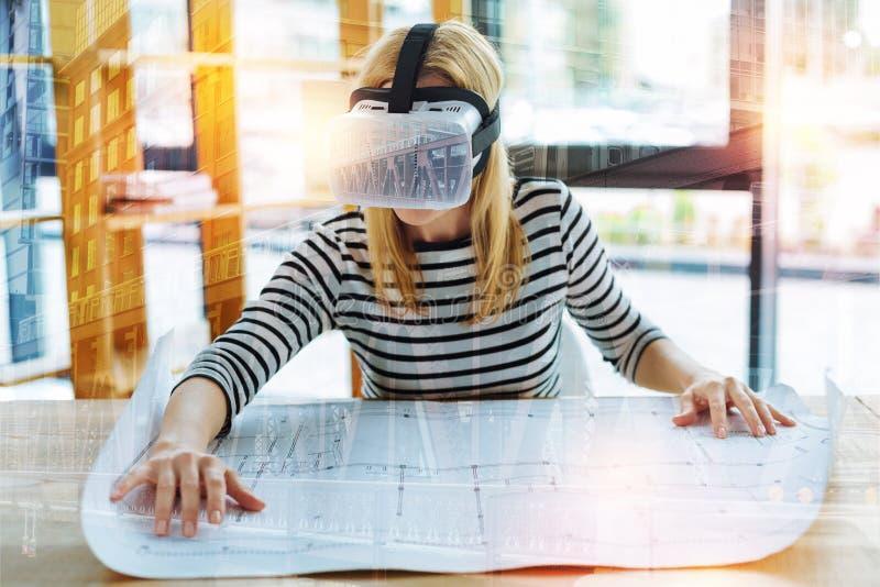Tragende Gläser der virtuellen Realität des ruhigen Ingenieurs und Arbeiten mit einer Zeichnung lizenzfreie stockfotografie