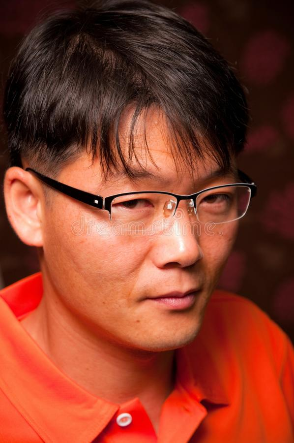 Tragende Gläser des asiatischen Mannes stockbilder