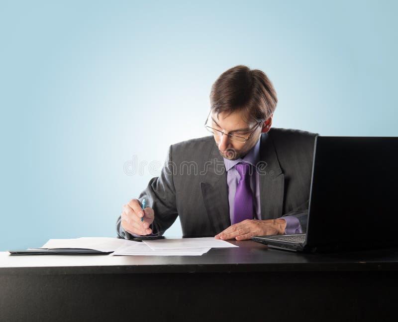 Tragende Gläser des Geschäftsmannes stockbilder