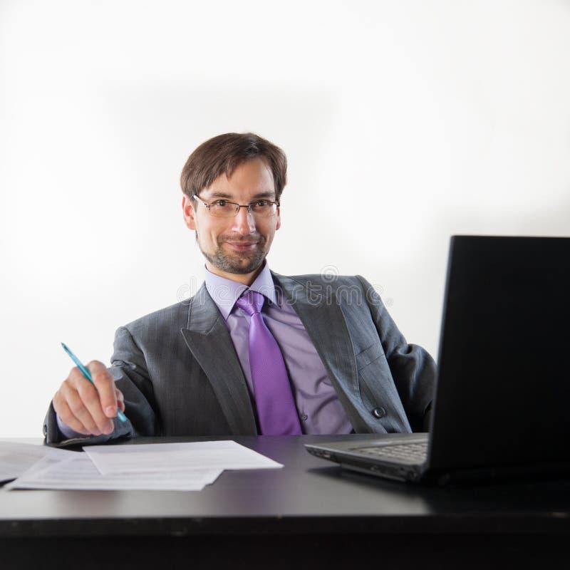 Tragende Gläser des Geschäftsmannes lizenzfreies stockfoto
