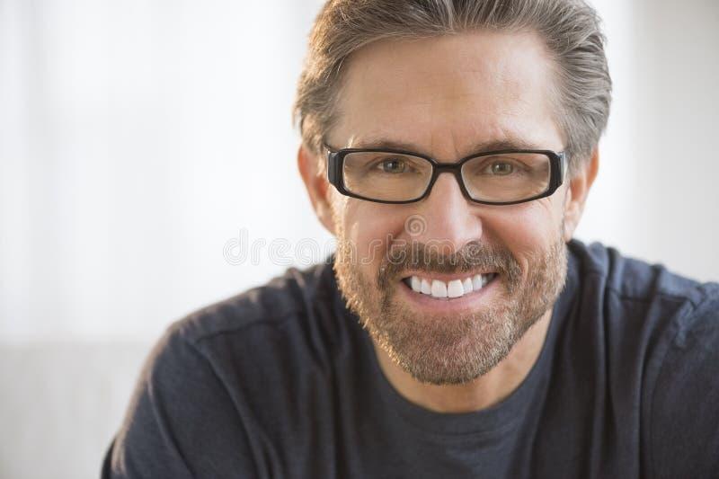 Tragende Gläser des gutaussehenden Mannes lizenzfreie stockfotografie