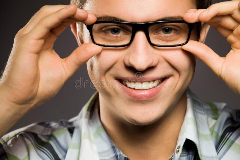 Tragende Gläser des jungen Mannes stockfoto