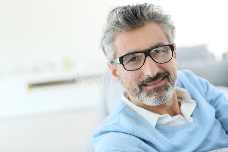 Tragende Gläser des modischen gutaussehenden Mannes stockfotografie