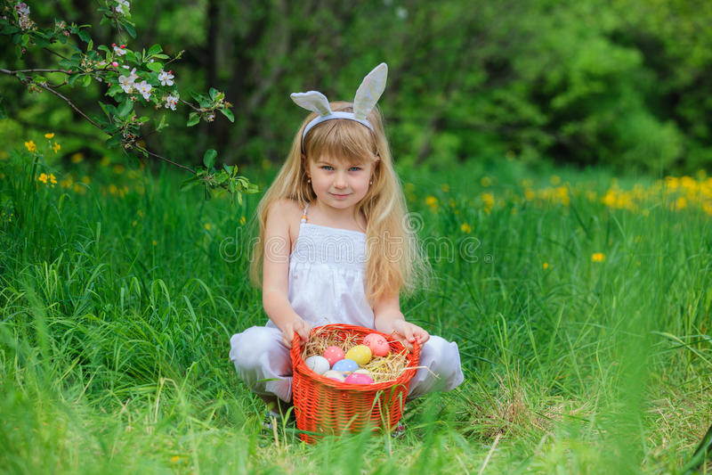 Tragende Häschenohren des kleinen Mädchens stockfoto